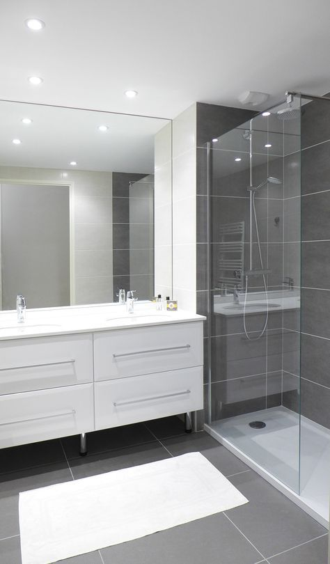 salle de bain blanche et anthracite